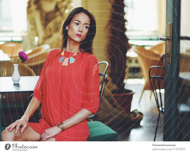 LadyInRed_1767267 Mensch Frau Jugendliche schön Junge Frau rot 18-30 Jahre Erwachsene Lifestyle feminin Stil Mode elegant sitzen warten Stuhl