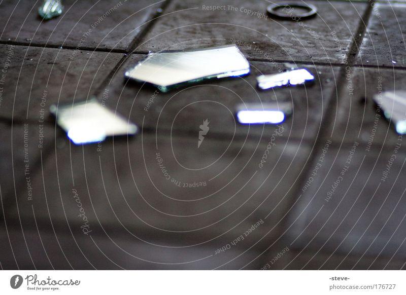 Unscharfe Schärfe schwarz dunkel Traurigkeit dreckig Glas trist kaputt Spiegel Fliesen u. Kacheln Industrieanlage Scherbe Splitter