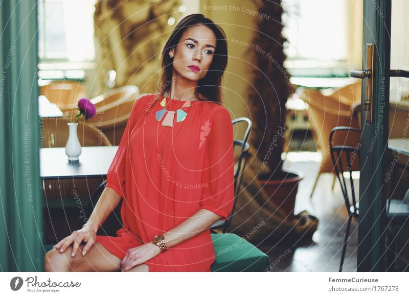 LadyInRed_1767278 Mensch Frau Jugendliche schön Junge Frau rot 18-30 Jahre Erwachsene Lifestyle feminin Stil elegant offen sitzen Stuhl Kleid