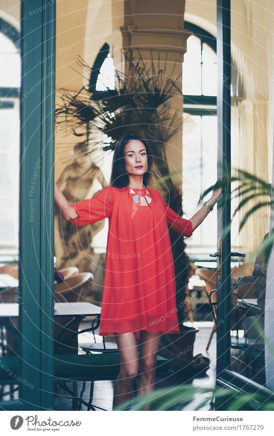 LadyInRed_1767279 Reichtum elegant Stil schön feminin Junge Frau Jugendliche Erwachsene Mensch 18-30 Jahre Haus reich selbstbewußt Modellfigur Kleid rot Villa