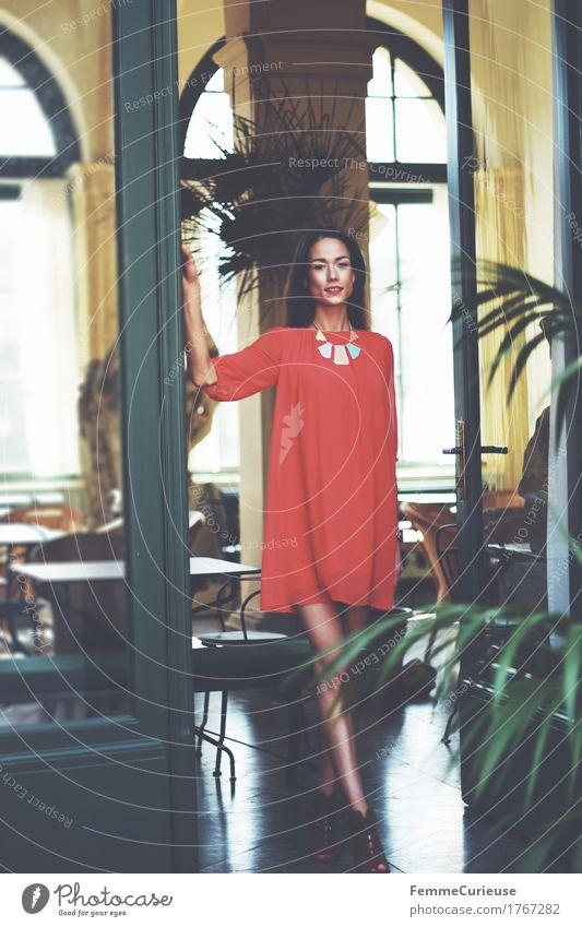 LadyInRed_1767282 Mensch Frau Jugendliche grün schön Junge Frau rot 18-30 Jahre Erwachsene Lifestyle feminin Stil Mode gehen elegant ästhetisch
