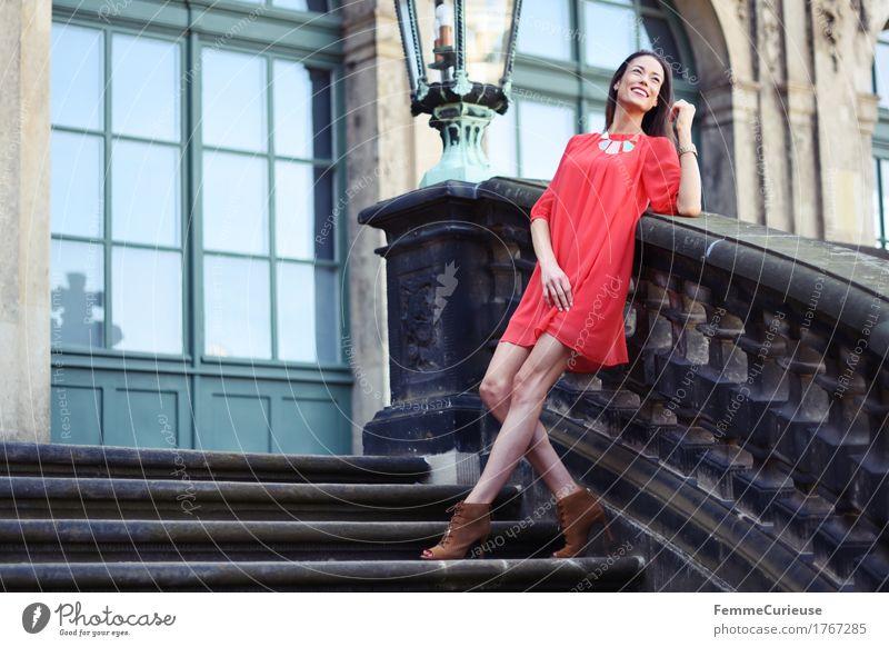 LadyInRed_1767285 Mensch Frau Jugendliche schön Junge Frau rot Freude 18-30 Jahre Erwachsene feminin Glück Mode Treppe Zufriedenheit Ausflug Fröhlichkeit