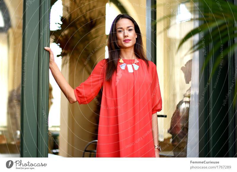 LadyInRed_1767289 Mensch Frau Jugendliche schön Junge Frau rot Haus 18-30 Jahre Erwachsene Lifestyle feminin Stil Mode elegant Lächeln festhalten