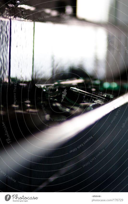 Scherben Farbfoto Innenaufnahme Textfreiraum unten Schatten Kontrast Unschärfe Schwache Tiefenschärfe Industrieanlage Glas dunkel schwarz Spiegel Splitter