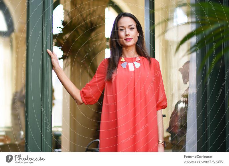 LadyInRed_1767290 Lifestyle Reichtum elegant Stil schön Junge Frau Jugendliche Erwachsene Mensch 18-30 Jahre feminin Kleid rot Model Halskette Eingang Villa
