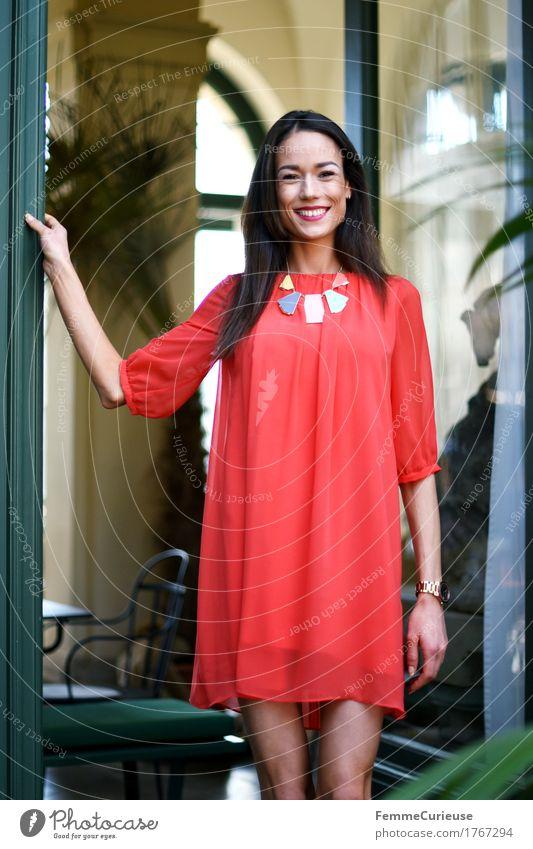 LadyInRed_1767294 Mensch Frau Jugendliche schön Junge Frau rot Freude 18-30 Jahre Erwachsene Lifestyle feminin Stil Mode elegant Lebensfreude Kleid