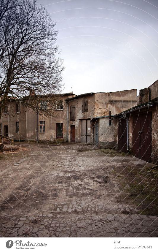 hinterhoftrisstess alt Stadt ruhig Haus Einsamkeit Wand Mauer braun dreckig Architektur Tür Armut retro trist kaputt authentisch