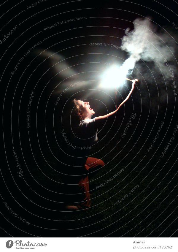 Spiel mit dem Feuer Farbfoto Außenaufnahme Nacht Zentralperspektive Profil Freude Frau Erwachsene Gesicht leuchten schwarz weiß Feuerwerk