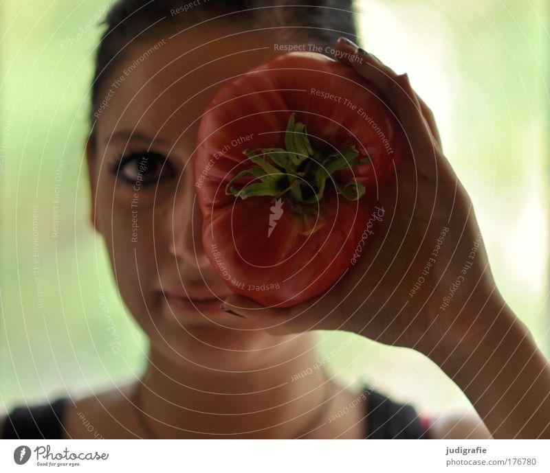 Mädchen mit Tomate Mensch Jugendliche schön feminin Gesundheit Erwachsene Lebensmittel groß Ernährung Kochen & Garen & Backen Lebensfreude Gemüse Lächeln Tomate Bioprodukte