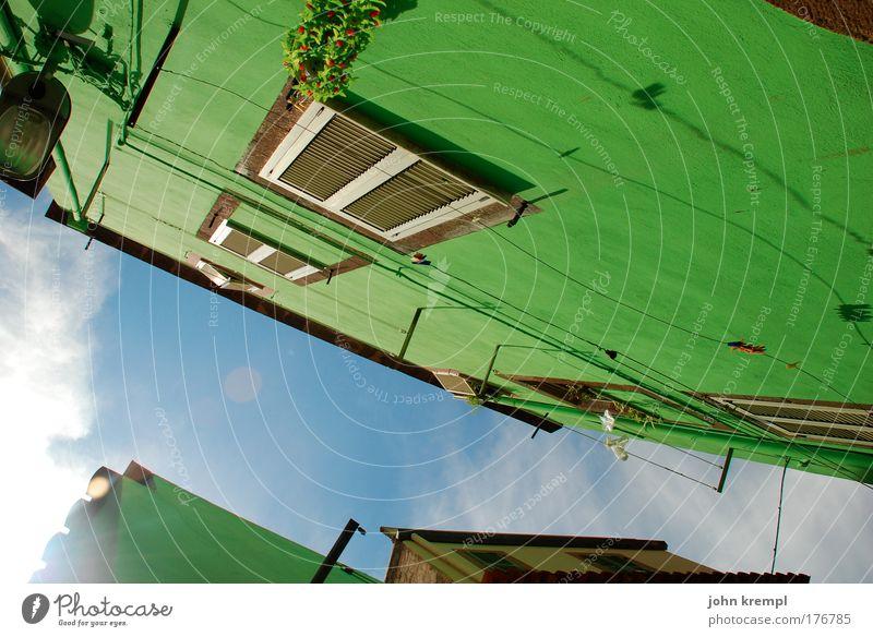 grünzeug Farbfoto Gegenlicht Himmel Sonnenlicht bosa Italien Sardinien Dorf Kleinstadt Stadt Altstadt Haus Einfamilienhaus Traumhaus Hochhaus Bauwerk Gebäude
