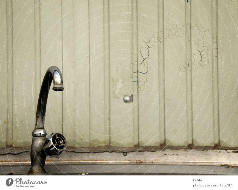 Trockenzeit Wasserhahn Blechwand Container Chrom Farbe grau alt