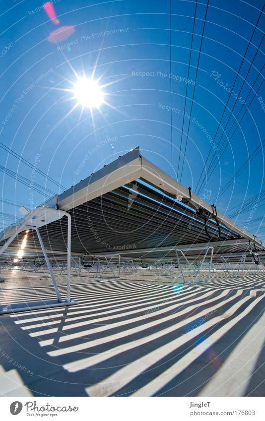Liebe Sonne scheine ... Himmel blau weiß schwarz Umwelt Gebäude Kraft Design ästhetisch außergewöhnlich Dach Technik & Technologie Bauwerk Sauberkeit