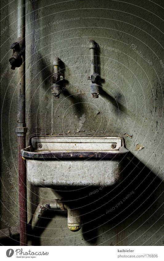 Ich sehne mich nach überwältigendem sanitären Luxus... alt Wand grau Mauer Angst Menschenleer dreckig kaputt Vergänglichkeit trocken gruselig Vergangenheit Verfall Eisenrohr Entsetzen Wasserhahn