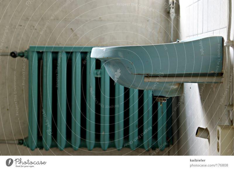 Ideal Standard Farbfoto Gedeckte Farben Innenaufnahme Menschenleer Textfreiraum oben Häusliches Leben Innenarchitektur Bad Waschbecken Heizkörper