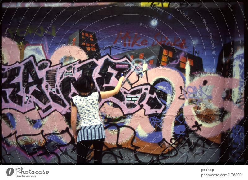 Armer Mike Farbfoto Außenaufnahme Tag Rückansicht Mensch feminin Junge Frau Jugendliche Erwachsene Coolness mehrfarbig Tatkraft streichen Renovieren Graffiti