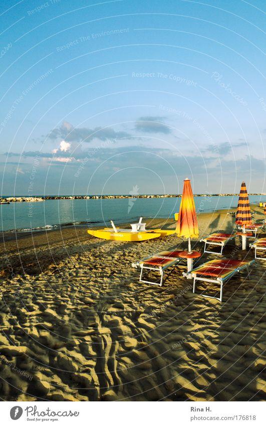 Lange Schatten in Rimini Himmel blau Ferien & Urlaub & Reisen Meer Sommer Strand Freude ruhig Erholung gelb Küste Glück liegen Tourismus Lebensfreude Sommerurlaub