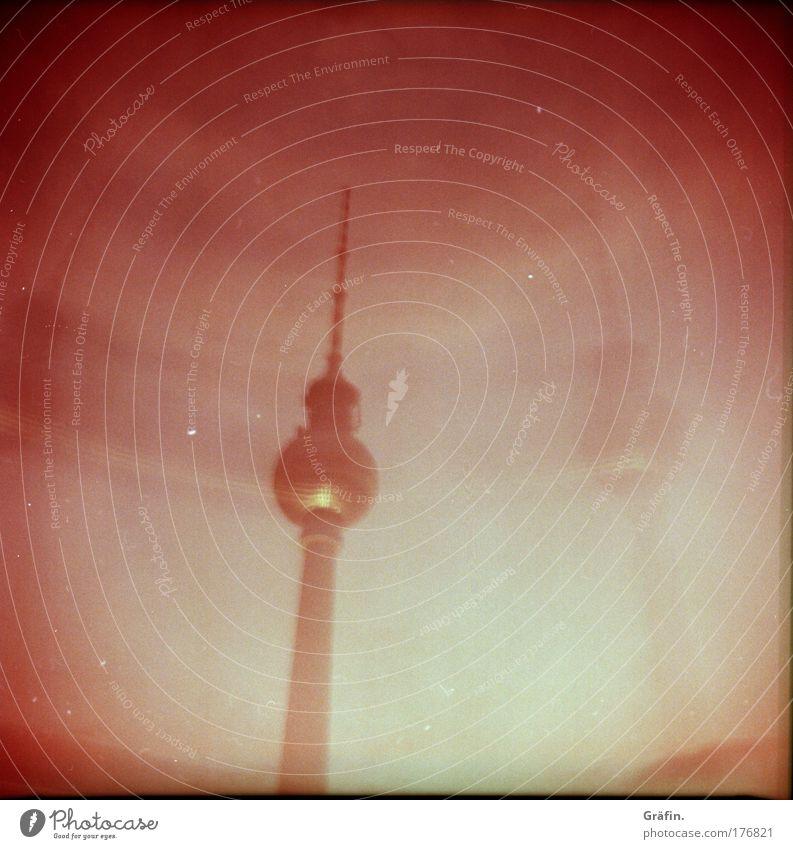 Die Protzkeule schwingen Himmel rot dunkel Berlin Gebäude rosa Ausflug Tourismus Telekommunikation Bauwerk Skyline Doppelbelichtung Informationstechnologie Surrealismus Sightseeing Hauptstadt