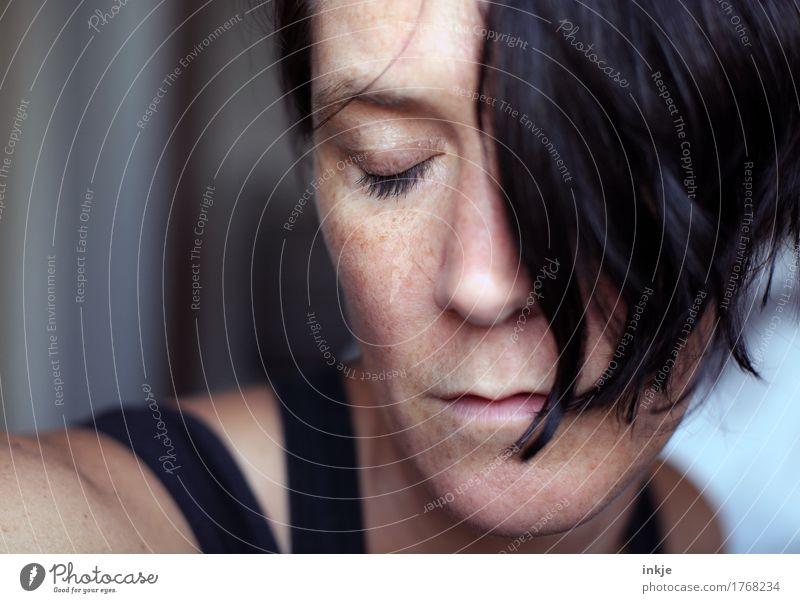 *) Stil Frau Erwachsene Leben Haare & Frisuren Gesicht 1 Mensch 30-45 Jahre schwarzhaarig Haarsträhne träumen natürlich schön Gefühle Stimmung Geborgenheit