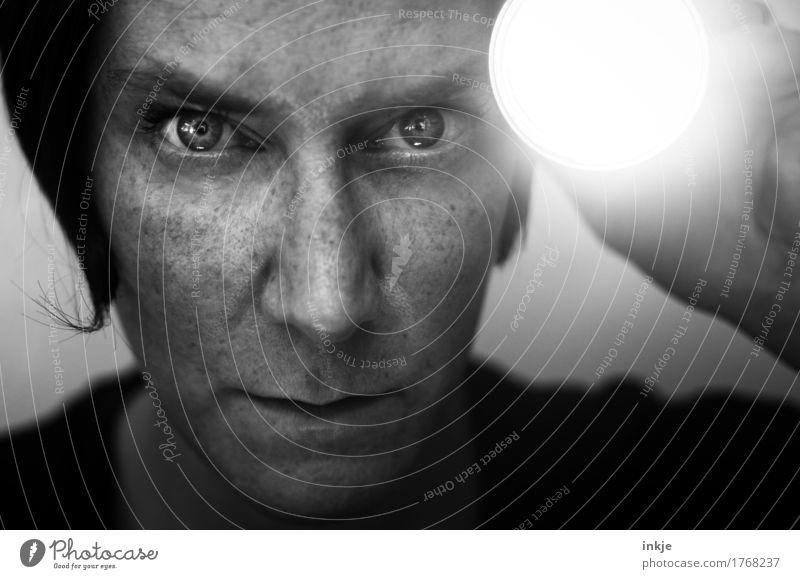 der böse Blick Frau Erwachsene Leben Gesicht 1 Mensch 30-45 Jahre Taschenlampe beobachten entdecken glänzend leuchten bedrohlich dunkel hell Wachsamkeit