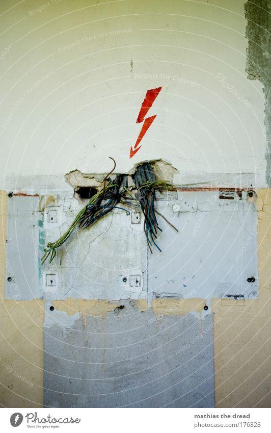SCHATZ, SIEH DOCH MAL NACH DEM SICHERUNGSKASTEN alt dunkel Gebäude dreckig gehen Elektrizität kaputt Kabel bedrohlich Hinweisschild Fabrik Spuren Zeichen Pfeil Blitze Ruine