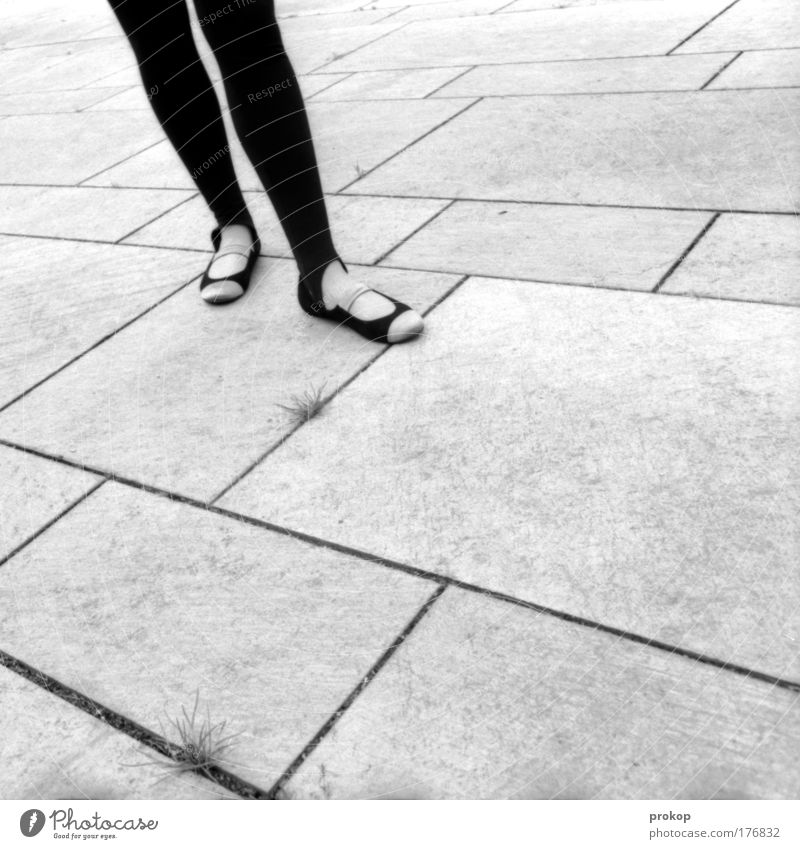 Attitüde Mortale Schwarzweißfoto Außenaufnahme Tag Weitwinkel feminin Junge Frau Jugendliche Erwachsene Beine Fuß stehen Tanzen warten Balletttänzer Leggings