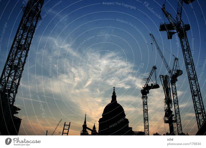 London (under construction) Farbfoto Außenaufnahme Menschenleer Textfreiraum oben Textfreiraum Mitte Dämmerung Sonnenaufgang Sonnenuntergang Gegenlicht Leiter
