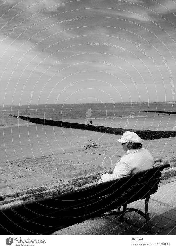 Küstendame Mensch Frau Meer Strand Erwachsene Senior Freiheit Kopf Haare & Frisuren Glück Zufriedenheit Rücken Arme sitzen frei 45-60 Jahre