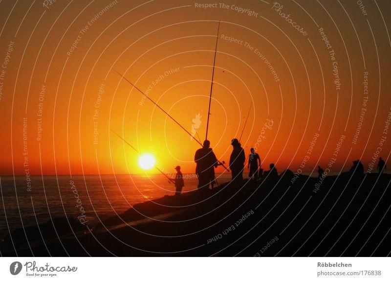 Fishermen Friends Mensch Meer rot schwarz Menschengruppe braun warten Angeln Zusammenhalt Marokko