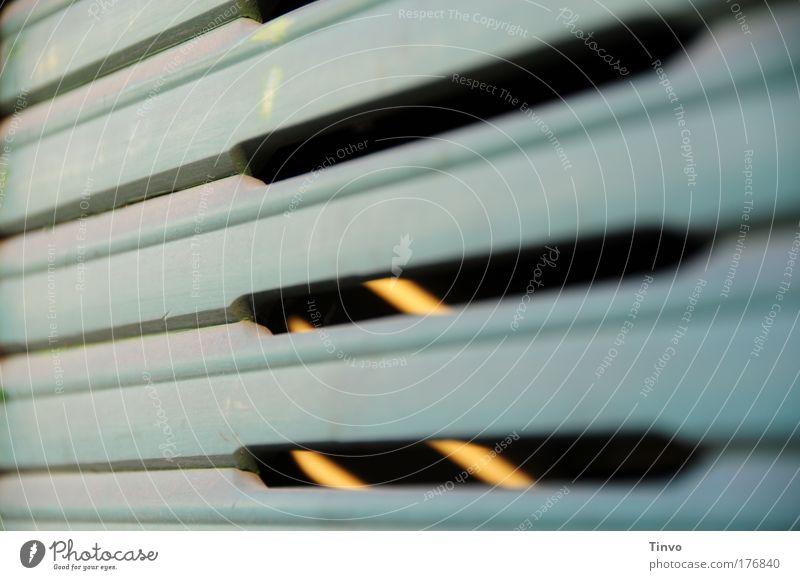 minimaler Lichteinfall Gedeckte Farben Außenaufnahme Nahaufnahme Muster Menschenleer Tag Schatten Fenster Neugier geschlossen Holzjalousie Jalousie Sehschlitz
