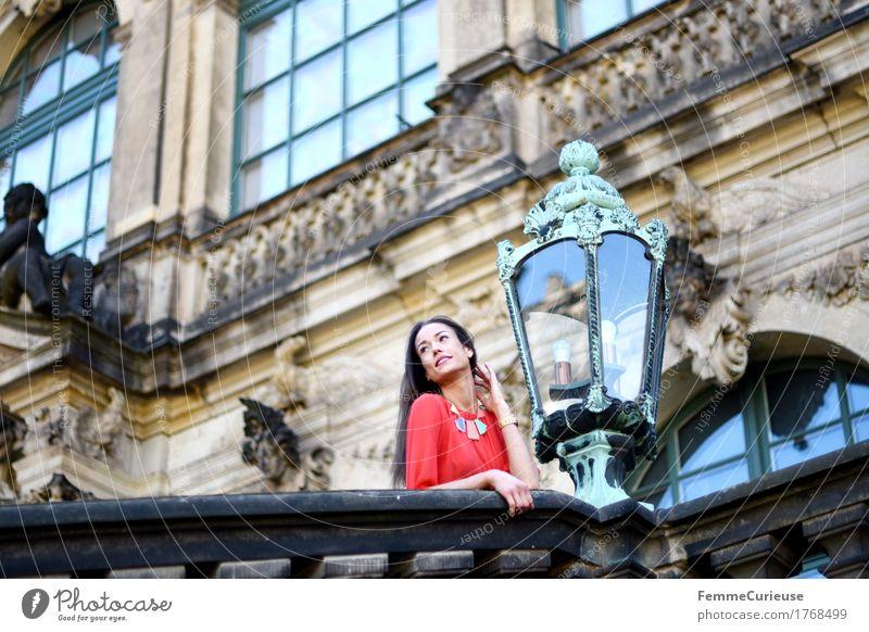 LadyInRed_1768499 Mensch Frau Jugendliche Junge Frau rot ruhig 18-30 Jahre Erwachsene Architektur Beleuchtung feminin Fassade Tourismus träumen Ausflug Kultur