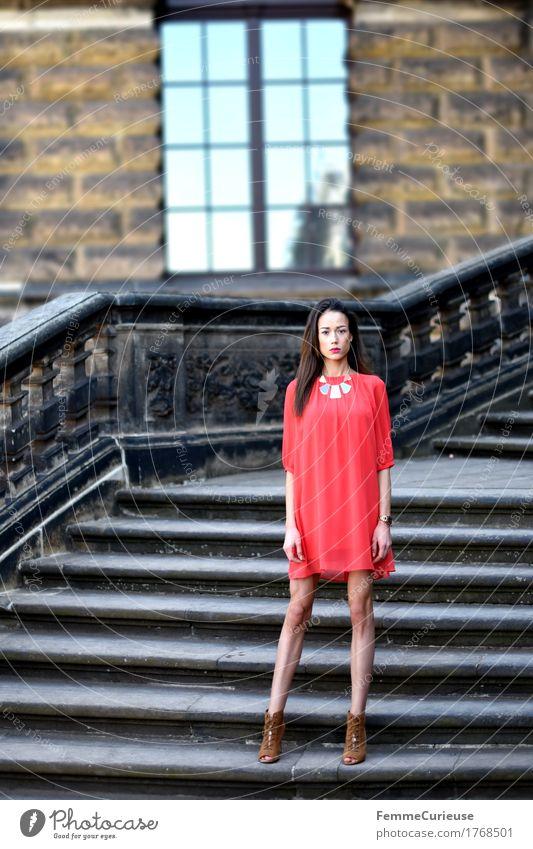 LadyInRed_1768501 Mensch Frau Jugendliche schön Junge Frau rot Fenster 18-30 Jahre Erwachsene feminin Stil Mode braun Fassade Treppe elegant