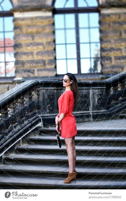LadyInRed_1768502 Mensch Frau Jugendliche schön Junge Frau rot 18-30 Jahre Erwachsene Lifestyle feminin Stil Mode braun Fassade Treppe elegant