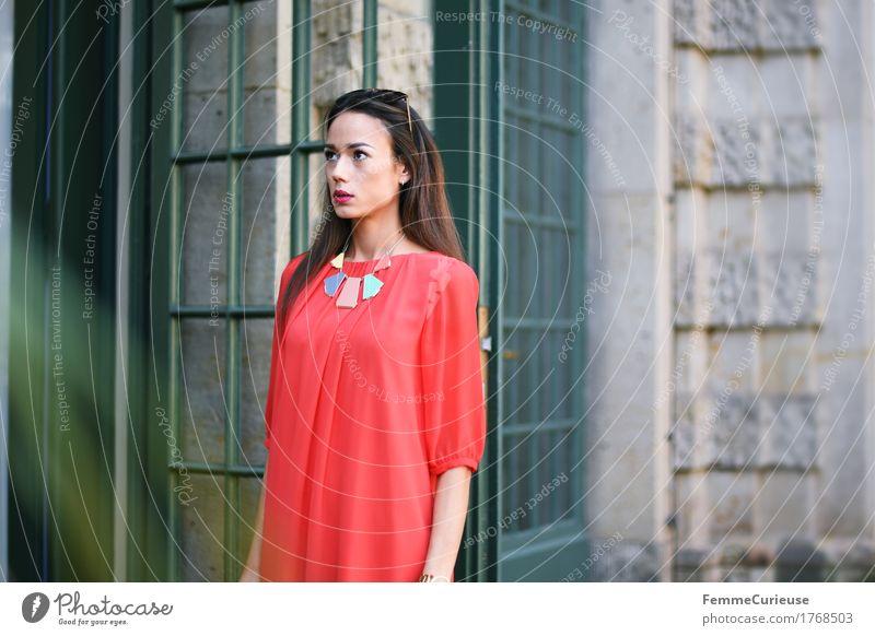 LadyInRed_1768503 Lifestyle Reichtum elegant Stil schön Junge Frau Jugendliche Erwachsene Mensch 18-30 Jahre ästhetisch feminin Villa selbstbewußt Kleid rot