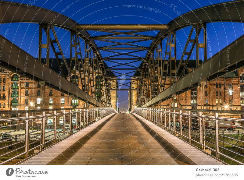 historische Brücke in die Hamburger Speicherstadt Museum Hafenstadt Altstadt Fußgängerzone Industrieanlage Sehenswürdigkeit Wahrzeichen Verkehrswege