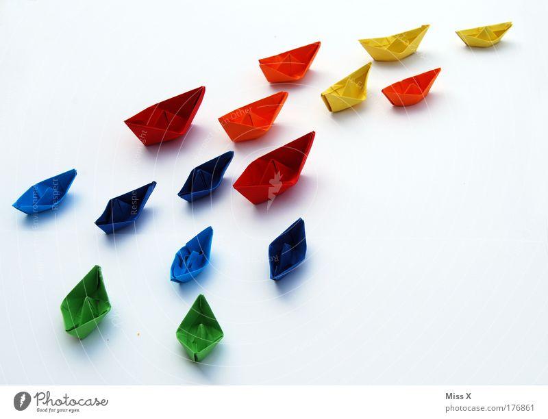 Ein Meer an Farbe Spielzeug Wege & Pfade Spielen klein Wasserfahrzeug Kraft Beginn Papier Kreativität Ziel Schifffahrt Konkurrenz mehrfarbig Regenbogen