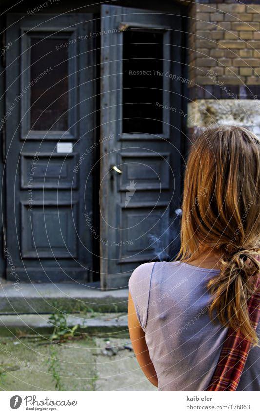 Wo bleibst Du? Frau Mensch schön blau ruhig Haus gelb feminin braun warten Erwachsene Tür Rauchen Sehnsucht Neugier Wachsamkeit