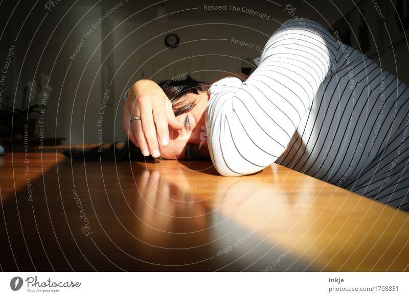 müder Mensch Lifestyle Freizeit & Hobby Häusliches Leben Tisch Raum Frau Erwachsene Gesicht 1 30-45 Jahre Erholung liegen Blick hell Gefühle Traurigkeit Sorge