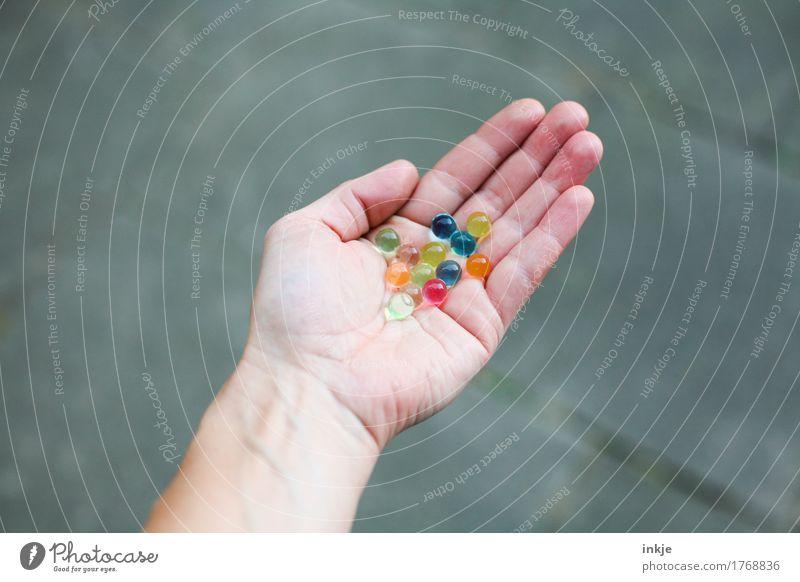 bunte Glibberkugeln Mensch Hand Lifestyle Spielen Freizeit & Hobby Kindheit rund festhalten Kugel gemischt Murmel Handfläche