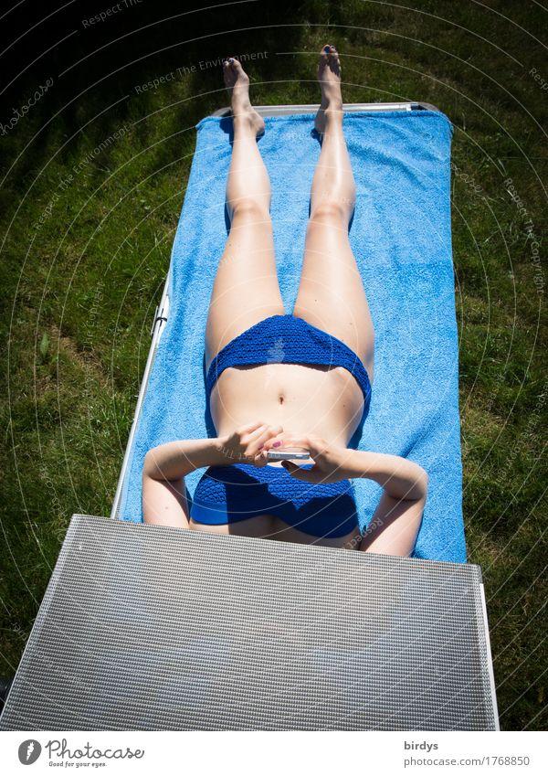 liegend surfen Lifestyle Körper Erholung Sonnenbad PDA Unterhaltungselektronik Telekommunikation feminin Junge Frau Jugendliche 1 Mensch 18-30 Jahre Erwachsene
