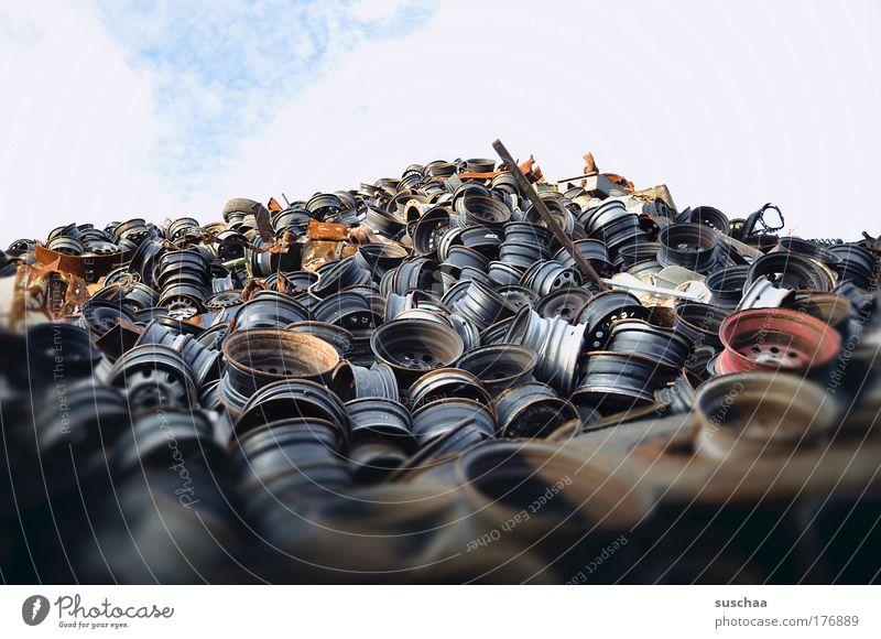 felgenfriedhof Gedeckte Farben Außenaufnahme Textfreiraum oben Unschärfe Skyline überbevölkert Autofahren Metall Stahl Rost Erdöl Horizont Schwäche Verfall