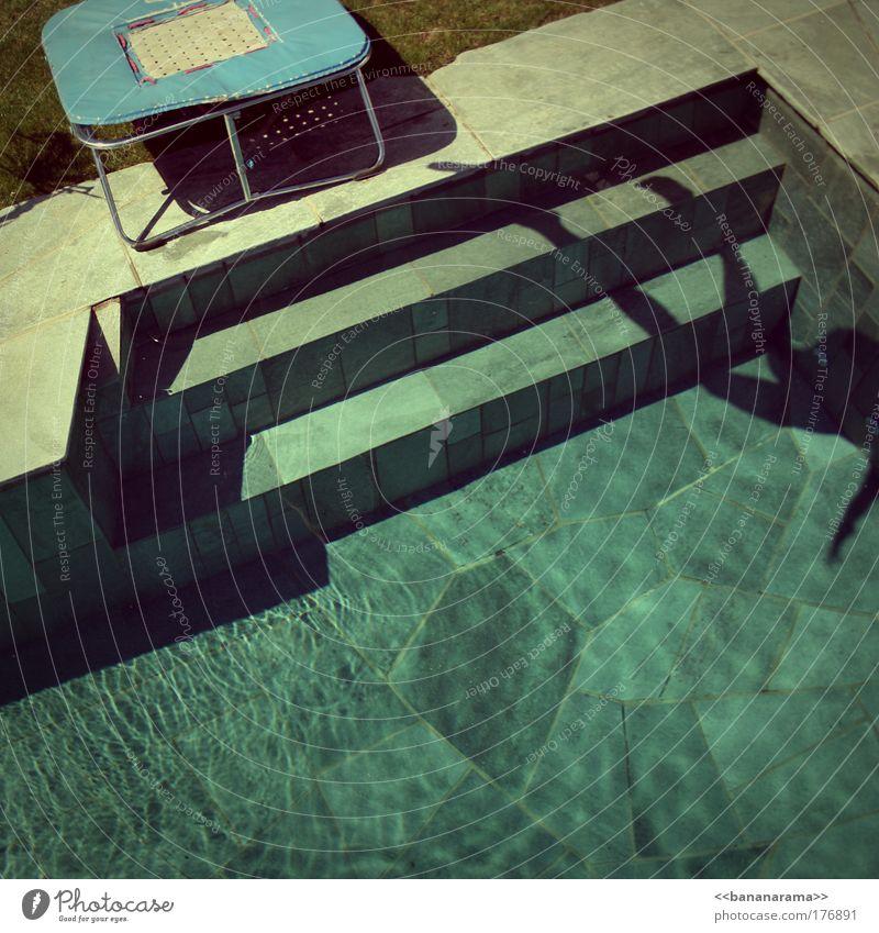 Lass roggen! Mensch Wasser Sonne Sommer Freude Wiese Gras Garten Park Wetter fliegen Wassertropfen Coolness Bad Schwimmbad