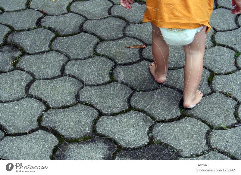 FortSchritte Leben Gefühle Freiheit grau Bewegung Beine Fuß Kindheit Kraft gehen Platz Wachstum T-Shirt Gesäß Neugier Vertrauen
