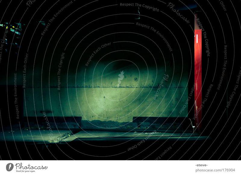 Lichtung grün rot schwarz dunkel kalt Fabrik Industrieanlage