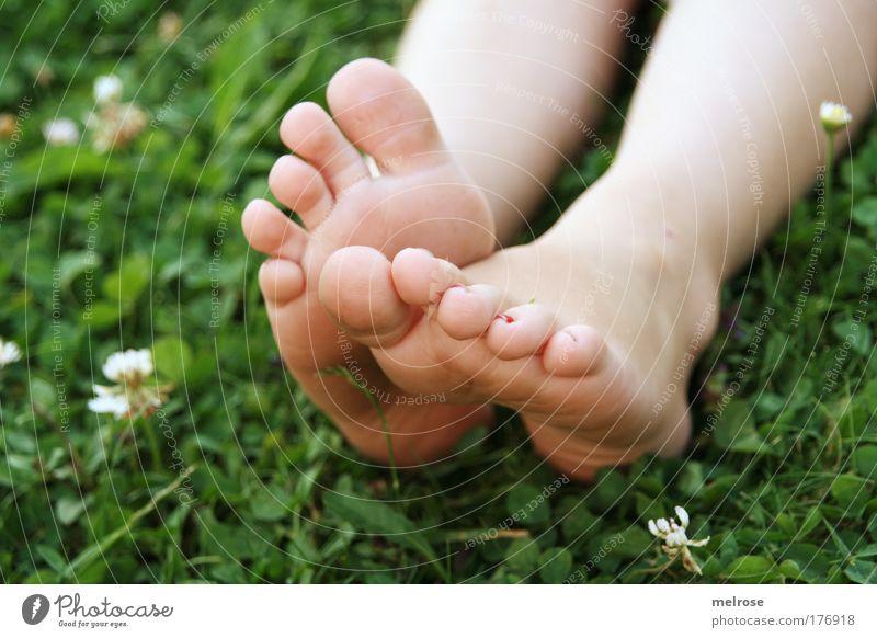 fühlen ... Kind Natur Sommer Erholung Mädchen Gefühle Freiheit Glück natürlich Fuß träumen liegen Freizeit & Hobby Erde Zufriedenheit Kindheit
