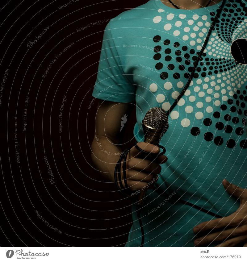 Über Musik kann man... Farbfoto Innenaufnahme Textfreiraum links Kunstlicht Blitzlichtaufnahme Licht Schatten Kontrast Low Key Oberkörper Lifestyle Stil