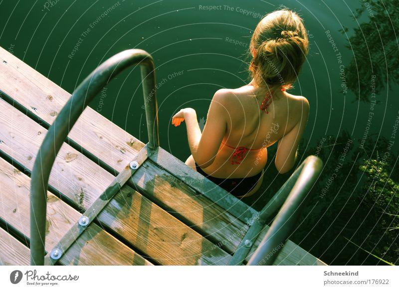 Viel Sonne=Viel Hitze=Viel Abkühlung holen! Natur Jugendliche Wasser schön Sommer ruhig Erholung feminin Glück See Wärme Frau Erwachsene Umwelt