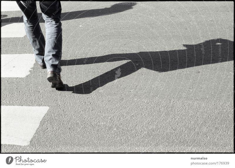 Streets of Oslo Stadt Straße Leben Lifestyle Beine Fuß gehen maskulin elegant Schilder & Markierungen Schuhe laufen Platz Hose Jeanshose Verkehrswege