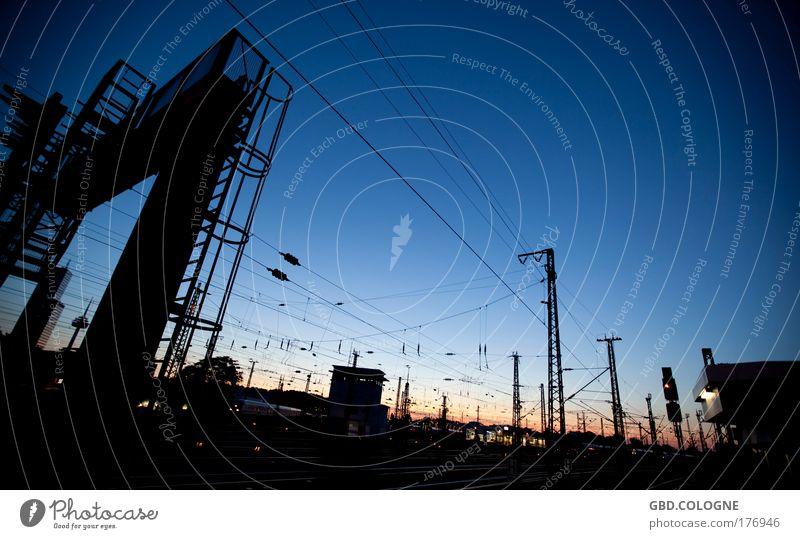 Sundown@Bahnsteig Himmel blau Sommer Ferien & Urlaub & Reisen schwarz warten Horizont Eisenbahn Güterverkehr & Logistik Nachthimmel außergewöhnlich Gleise