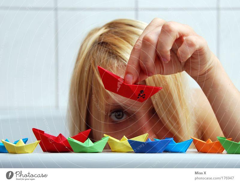 In meiner Badewanne bin ich Kapitän Frau Mensch Jugendliche Wasser Meer Freude Gesicht Spielen Wasserfahrzeug blond Erwachsene mehrfarbig Dinge Papier