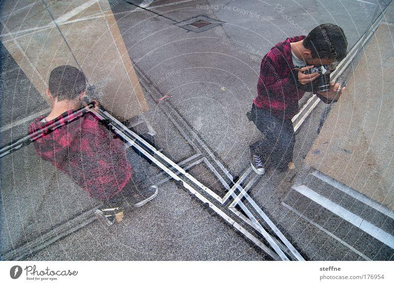 PICTURE THIS Farbfoto Außenaufnahme Experiment Weitwinkel Mensch maskulin Junger Mann Jugendliche 2 18-30 Jahre Erwachsene Künstler Photo-Shooting Fotografie
